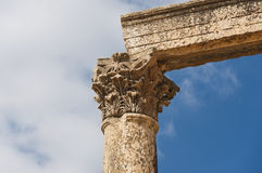 Αρχαίες κάθετες στήλες με τα κεφάλαια και το ανώφλι στοκ εικόνες