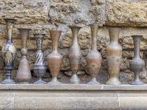 Αρχαίες κανάτες που πωλούνται στο Μπακού στην οδό φλυάρων Στοκ Εικόνες