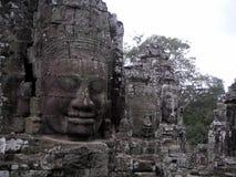 Αρχαίες καταστροφές ενός μεγάλου προσώπου πετρών σε Angkor Thom, Καμπότζη Στοκ εικόνα με δικαίωμα ελεύθερης χρήσης