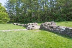 Αρχαίες καταστροφές και πράσινα δέντρα του irvine Σκωτία Eglinton Castle στοκ εικόνα με δικαίωμα ελεύθερης χρήσης