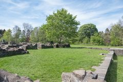 Αρχαίες καταστροφές και πράσινα δέντρα του irvine Σκωτία Eglinton Castle στοκ εικόνες