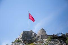 Αρχαίες καταστροφές και σημαία Τουρκία πέρα από το κάστρο Simena Στοκ φωτογραφία με δικαίωμα ελεύθερης χρήσης