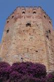 Αρχαίες καταστροφές και σημαία Τουρκία πέρα από το κάστρο Simena Στοκ Φωτογραφία