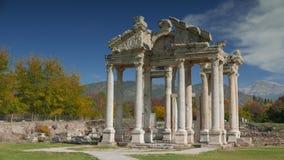 Αρχαίες καταστροφές της διάσημης πύλης Tetrapylon σε Aphrodisias, πάρκο Archeological στην Τουρκία 4K Στοκ Εικόνα