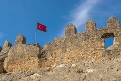 Αρχαίες καταστροφές του βυζαντινού φρουρίου με την τουρκική σημαία Στοκ Φωτογραφία