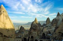 Αρχαίες κατοικίες που χαράζονται μέσα στο βουνό σε Cappadocia, Τουρκία Στοκ Εικόνα