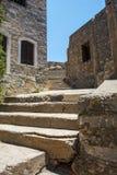 Αρχαίες καφετιές πέτρες κοντά στις παλαιές καταστροφές στην Κρήτη στην Ελλάδα στο νησί Spinalonga Στοκ Εικόνα