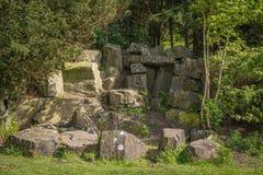 Αρχαίες πέτρινες καταστροφές που τίθενται μέσα στα ώριμα δέντρα στη Σκωτία στοκ εικόνες με δικαίωμα ελεύθερης χρήσης