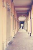 Αρχαίες σκεπαστές είσοδοι πρόσοψης στη Μπολόνια στην Ιταλία Στοκ Εικόνα