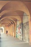 Αρχαίες σκεπαστές είσοδοι πρόσοψης στη Μπολόνια στην Ιταλία Στοκ Φωτογραφίες