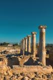 Αρχαίες στήλες ναών στο αρχαιολογικό πάρκο της Kato Πάφος στη λίρα Κύπρου Στοκ Φωτογραφίες