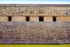 Αρχαίοι διακοσμημένοι τοίχος και σκαλοπάτια στη archeological περιοχή Uxmal Στοκ Εικόνες