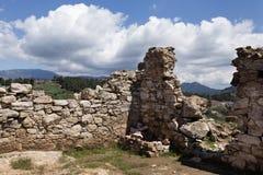 Αρχαίοι κατά το ήμισυ τοίχοι με τη θέα βουνού Στοκ εικόνες με δικαίωμα ελεύθερης χρήσης