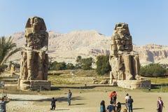 Αρχαίοι κολοσσοί Memnon και τουρίστες Στοκ εικόνες με δικαίωμα ελεύθερης χρήσης