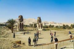 Αρχαίοι κολοσσοί Memnon και τουρίστες Στοκ φωτογραφίες με δικαίωμα ελεύθερης χρήσης