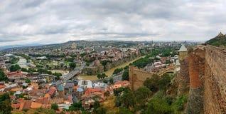 Αρχαίοι τοίχοι φρουρίων Narikala με την πρόσφατα αποκατεστημένη εκκλησία του Άγιου Βασίλη που αγνοεί το Tbilisi, η πρωτεύουσα της στοκ φωτογραφίες με δικαίωμα ελεύθερης χρήσης