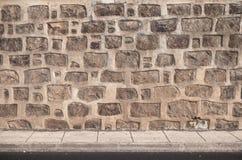 Αρχαίοι τοίχος πετρών και υπόβαθρο επικεράμωσης πατωμάτων στοκ φωτογραφίες