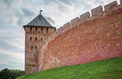 Αρχαίοι τοίχος φρουρίων και παρατηρητήριο του Novgorod Krem Στοκ Φωτογραφίες