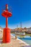 αρχαίοι sailboats και λαμπτήρας στον ιταλικό λιμένα καναλιών Στοκ εικόνα με δικαίωμα ελεύθερης χρήσης