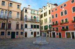 Αρχαίος αχρησιμοποίητος καλά για τη συλλογή των όμβριων υδάτων στο τετράγωνο στη Βενετία, Ιταλία στοκ εικόνες