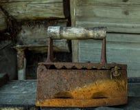 Αρχαίος επίπεδος σίδηρος στον πίνακα Στοκ Εικόνα