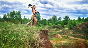 Αρχαίος θηλυκός βάρβαρος πολεμιστών Στον απότομο βράχο Στοκ Εικόνες
