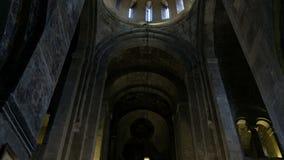 Αρχαίος καθεδρικός ναός, καθολική ορθόδοξη χριστιανική εκκλησία Παλαιό ιστορικό κτήριο με τα εικονίδια, μέσα στον εσωτερικό τοίχο φιλμ μικρού μήκους