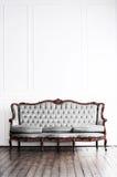 Αρχαίος καναπές σε ένα αναδρομικό εσωτερικό γεωμετρικός παλαιός τρύγος εγγράφου διακοσμήσεων ανασκόπησης Στοκ φωτογραφία με δικαίωμα ελεύθερης χρήσης