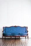 Αρχαίος καναπές σε ένα αναδρομικό εσωτερικό γεωμετρικός παλαιός τρύγος εγγράφου διακοσμήσεων ανασκόπησης Στοκ Εικόνα