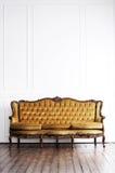 Αρχαίος καναπές σε ένα αναδρομικό εσωτερικό Στοκ εικόνες με δικαίωμα ελεύθερης χρήσης