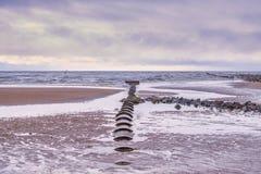 Αρχαίος μερικώς θαμμένος σωλήνας υπονόμων που οδηγεί έξω στη θάλασσα σε Irvine Σκωτία στοκ φωτογραφία με δικαίωμα ελεύθερης χρήσης