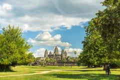 Αρχαίος ναός Angkor wat μια ηλιόλουστη ημέρα Στοκ Εικόνες