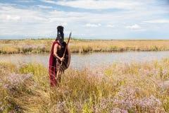 Αρχαίος πολεμιστής στο τεθωρακισμένο με τη λόγχη, την ασπίδα και το κράνος Στοκ Εικόνες