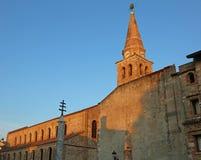 Αρχαίος πύργος εκκλησιών και κουδουνιών Santa Eufemia στην πόλη calle Στοκ Εικόνα