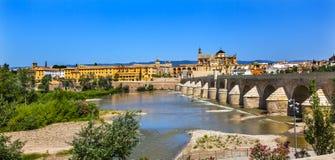Αρχαίος ρωμαϊκός ποταμός Γκουανταλκιβίρ Κόρδοβα Ισπανία γεφυρών στοκ εικόνα
