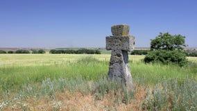 Αρχαίος σταυρός τάφων στον πράσινο τομέα απόθεμα βίντεο