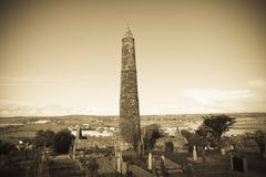 Αρχαίος στρογγυλός πύργος και κελτικό νεκροταφείο με τον καθεδρικό ναό Στοκ Εικόνες