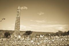 Αρχαίος στρογγυλός πύργος και κελτικό νεκροταφείο στη σέπια Στοκ εικόνες με δικαίωμα ελεύθερης χρήσης