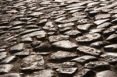 παλαιός δρόμος που στρώνεται με τους λίθους πετρών με το χέρι Στοκ Εικόνες