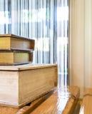 Αρχαίος σωρός βιβλίων διακοσμήσεων στο δευτερεύον παράθυρο Στοκ φωτογραφία με δικαίωμα ελεύθερης χρήσης