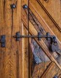 Αρχαίος σύρτης στην όμορφη ξύλινη πόρτα Στοκ Εικόνα