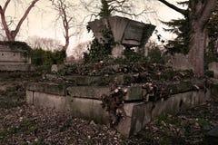 Αρχαίος τάφος στο γοτθικό νεκροταφείο Στοκ εικόνες με δικαίωμα ελεύθερης χρήσης