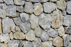 Αρχαίος τοίχος πετρών του φρουρίου Τεκτονική των παλαιών κίτρινων πετρών και των τούβλων ανασκόπηση ασυνήθιστη Στοκ φωτογραφία με δικαίωμα ελεύθερης χρήσης
