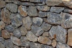 Αρχαίος τοίχος πετρών του φρουρίου Τεκτονική των παλαιών πετρών και των τούβλων ανασκόπηση ασυνήθιστη Στοκ φωτογραφία με δικαίωμα ελεύθερης χρήσης