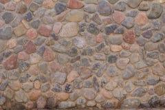 Αρχαίος τοίχος πετρών των στρογγυλών πετρών και του γκρίζου τσιμέντου Στοκ Εικόνες