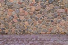 Αρχαίος τοίχος πετρών των στρογγυλών πετρών και του γκρίζου τσιμέντου Στοκ φωτογραφία με δικαίωμα ελεύθερης χρήσης