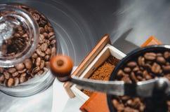 Αρχαίος, φορητός μύλος καφέ με τα φασόλια καφέ Στοκ φωτογραφία με δικαίωμα ελεύθερης χρήσης