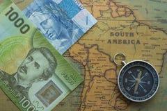 Αρχαίος χάρτης της Νότιας Αμερικής με Βραζιλιάνο, τα χρήματα chilei και την πυξίδα, κινηματογράφηση σε πρώτο πλάνο στοκ φωτογραφίες με δικαίωμα ελεύθερης χρήσης