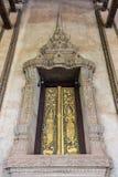 Αρχαίος χρυσός που χαράζει το ξύλινο παράθυρο Στοκ φωτογραφία με δικαίωμα ελεύθερης χρήσης