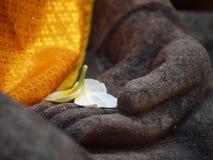 αρχαίο άγαλμα χεριών λουλουδιών του Βούδα Στοκ εικόνες με δικαίωμα ελεύθερης χρήσης